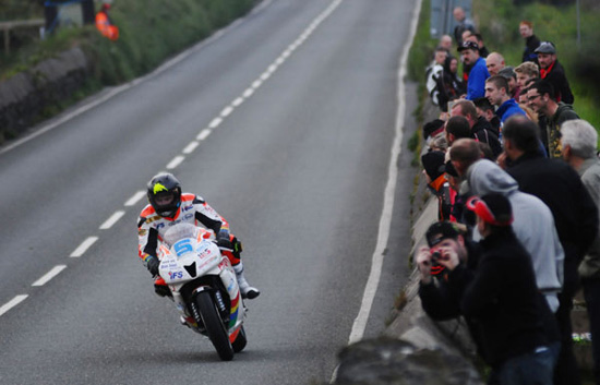 Rogue Mag Motorsport - Contenders begin to mass as Bruce Anstey tops qualifying session at 2012 Isle of Man TT Races